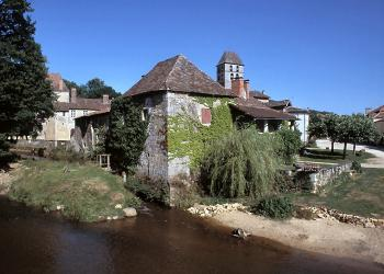 a-lively-village-in-provincial-france